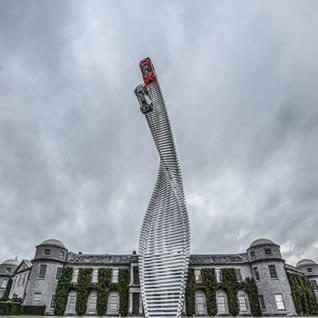 マツダ・モータース・UKが世界最大級のヒストリック・モータースポーツイベント「2015年グッドウッド・フェスティバル・オブ・スピードに参加。 その年のテーマを象徴する巨大なモニュメント「セントラル・フィーチャー」の栄誉にあずかる。